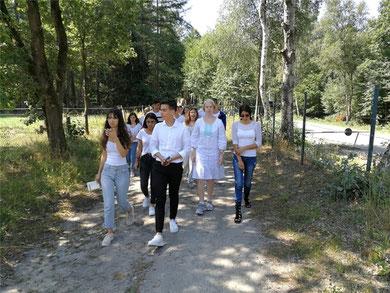 Auf dem Weg zu einer Gedenkzeremonie für die Opfer des Holocaust in Bergen-Belsen.