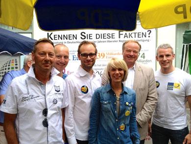 Dirk Niebel und Michael Kauch mit Vertretern der örtlichen FDP und der JuLis beim CSD Ulm/Neu-Ulm