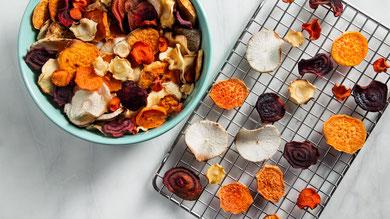 frutta e verdura essiccata fatta a casa o già pronta da mangiare