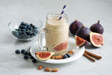 Smoothie fatto con latte di mandorla e un frutto dolce come la banana, il fico con aggiunta di mandorle e noci