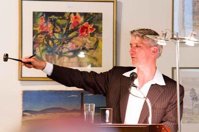 Thomas Sauerland bei der Versteigerung von Kunst +  Gemälden.