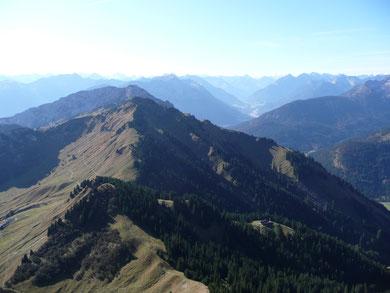 Blick von der Schneidspitze über Ditzl, Hahnenkamm und Gaichtspitze ins Lechtal