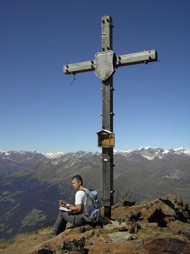 Am Gipfel des Hochwart mit Blick in die Stubaier Alpen
