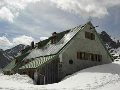 Mindelheimer Hütte im Frühsommer