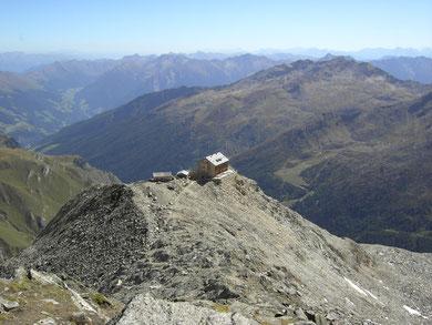 Die Zwickauer Hütte beim Aufstieg zum Seelenkogel