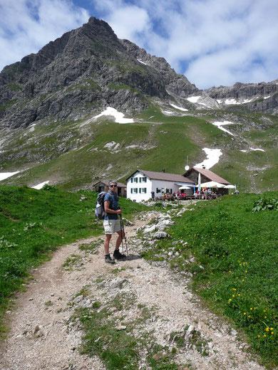 Obere Widdersteinhütte mit Widderstein im Hintergrund