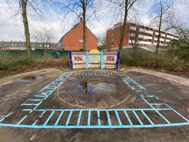 Spielfeld und Sitzbank aus bunten Keramikfliesen - Ulrike Möhle-Wieneke schuf dieses Kunstwerk 2002 im Rahmen eines Ausschreibung des Senators für Kunst. (Foto: 03-2020, Jens Schmidt)