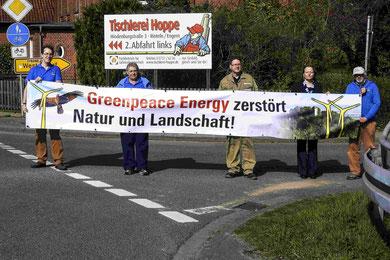 Das erste Banner wurde an der Bundesstraße in Westendorf aufgehängt. - Foto: Kathy Büscher