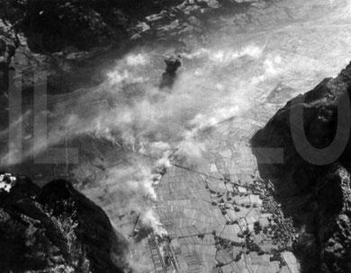 Bombardamento di San Michele all'Adige. 1944. Foto tratta dal documentario LA BATTAGLIA DEL BRENNERO. SI vede l'ampio uso di fumogeni per nascondere il bersaglio.