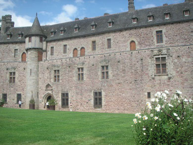 Château de la Roche Jagu, forteresse impressionnante ,  les pelouses et les fleurs l'entourent