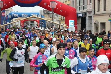 Über 800 Teilnehmer beim Start zum Silvesterlauf am Welser Stadtplatz