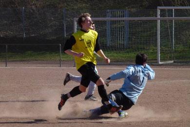 Lukas Gruhs trifft zum 1:0 der TuS B1 gegen den SC Phönix Essen (Foto: mal).