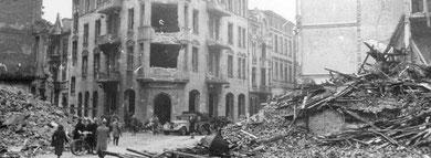 Eines der historischen Fotos, die ein ehemaliger Flakhelfer der Zeitzeugenbörse Duisburg überließ: die Überreste der Häuser an der Lenzmannstraße nach der Operation Hurricane. In Haus Nummer zwei saß die NSDAP-Kreisleitung.