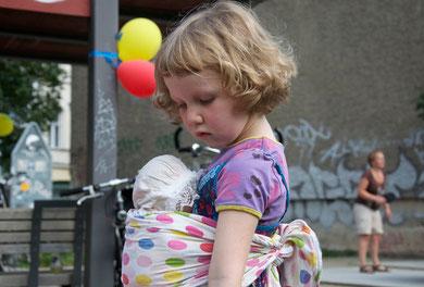 卓球参加が難しい5歳未満のおチビちゃんは赤ちゃん人形でお母さんごっこ。