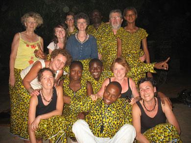 Au Burkina Faso, lors d'une fête importante, tout le monde porte le même pagne. chacun le coud à sa guise ! Pour la fête du dernier soir à Siniana, les stagiaires ont emboîté le pas de la tradition !