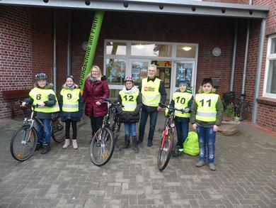 Übergabe der Verkehrswesten mit der kommissarsichen Schulleiterin Sabine Bilzhause und Herrn Stötzner sowie Kindern aus der Klasse 4a.