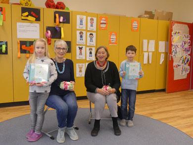 Gabi Meyhöfer & Monika Ringleben-Fricke sind bereits als Lesepaten dabei. Leni und Noah-Fynn bedanken sich im Namen der Klassen 1a + 1b für die tolle Unterstützung mit einem Osterpresent.