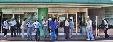 特別養護老人ホーム「横須賀グリーンヒル」の玄関前に集合 クリックで拡大
