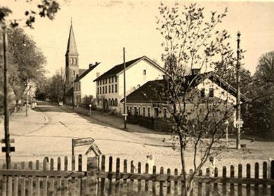 Vor 1945 - Blick vom Denkmal zur Schule und Kirche