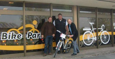 01.Mai 2012: Bike-Park Mitarbeiter Stephan mit Udo, Werner