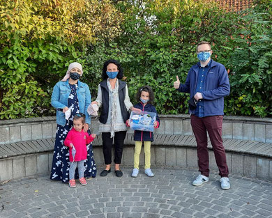 Foto privat, vlnr: Zarina Bisaeva mit Tochter Hadidje, Mosaik-Teammitglied Maria Beinhorn, Naima Khasiev und Schulleiter Andreas Lang