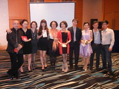 普段は化粧っ気の無い同僚が、いきなり大変身!中国人スタッフはイベント大好き。