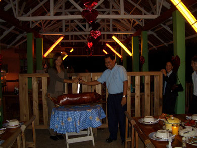 フィリピン駐在時代。会社のイベントで、皆でブタの丸焼きを食べました!初めての海外赴任で初めての経験ばかり!