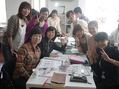 天津・伊勢丹の従業員の皆さん。上海校にてカラー研修を開催。日本語が分からない人が多い中、『色は言葉が無くても伝わる』ということを実感し感動!