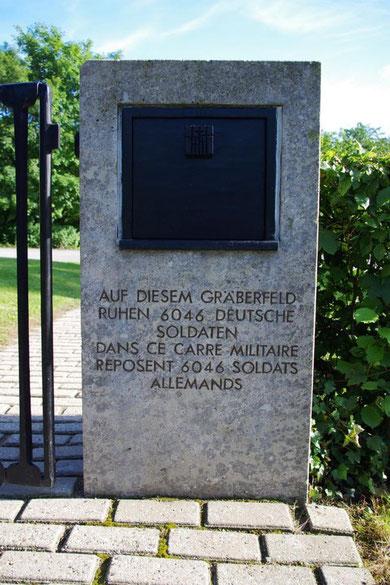 Gedenkschrift am Eingang des Friedhofs