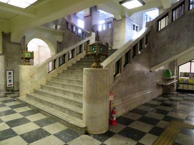 正面玄関を入ると目の前に鎮座する重厚な階段。
