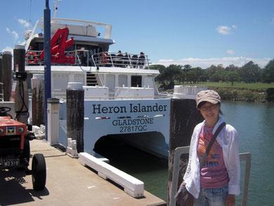 ヘロン島行きの船をバックに