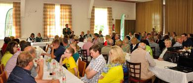 Fast alle Plätze waren auf der Mitgliederversammlung des Schützenvereins Westkirchen besetzt. Der Vorstand um Präsident Hubertus Schürmann stellte über 100 Vereinsmitgliedern unter Anderem das Programm des kommenden Schützenfestes vor.