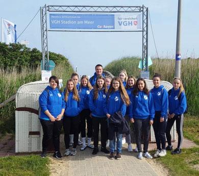 Unser Team vor dem VGH Stadion am Meer. Foto: Appel