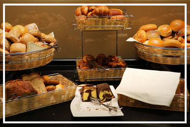 Große Auswahl an Brot, Brötchen und süßen Speisen