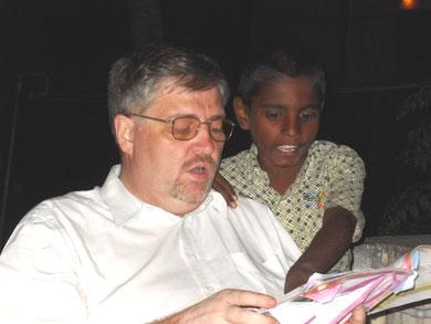 Olivier MARTEAU, en pleine lecture avec le jeune Viknesh