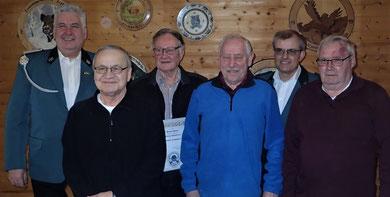 Die Vorsitzenden ehren langjährige Mitglieder (v.l.n.r.): Stefan Böker (1. Vorsitzender), Winfried Dietz, Werner Olbrich, Manfred Pausch, Harald Friedrich (2. Vorsitzender) und Heinz Mohr.