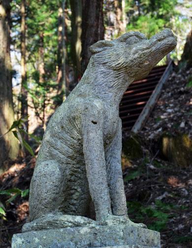 田子町の夏坂にある「山ノ神社」のオオカミの石像