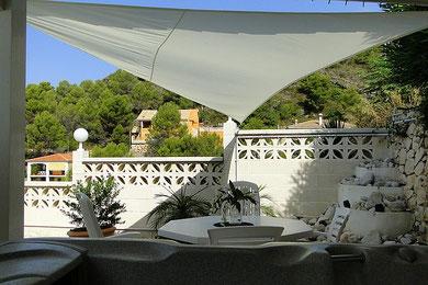 Auf dem Bild sieht man den Sitzplatz am Whirlpool der Villa Gandia Hills