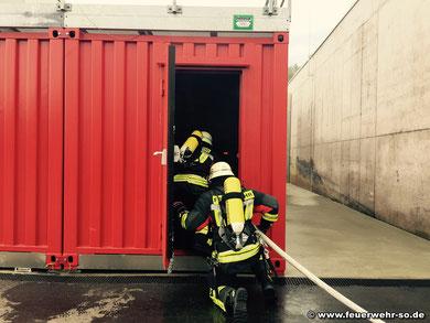 Der Atemschutztrupp betritt den Flur des Gebäudes