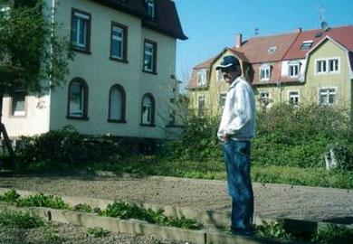 Dieter ist im Garten und schaut nach em rechten im  (Sommer 2007)   (C) by Dieter