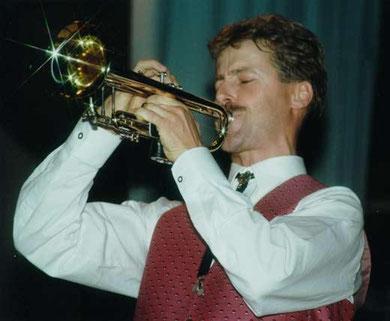 "Trompeter Gerolf Maucher glänzt bei seinem Paradestück, dem ""Alten Dessauer"". Regelmäßig steht das Stück an erster Stelle bei Wunschkonzerten, Kurfrühschoppen oder anderen Anlässen."