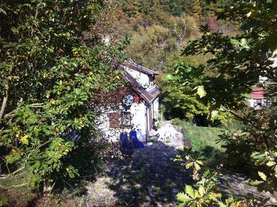La maison vue du point le plus haut de la propriété