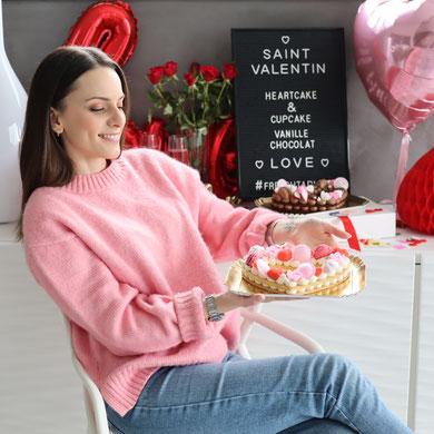 Cette image représente chloé la créatrice de French Tablier nous présentant son heart cake