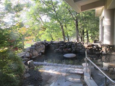 大浴場の外にある露天風呂。朝日がまぶしい。