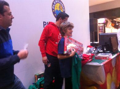Kristian recibiendo el premio de campeón