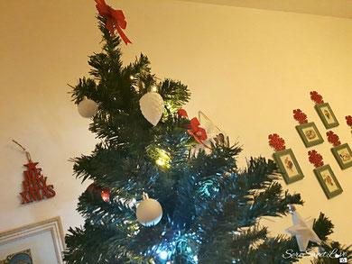 albero di natale verde addobbato in casa
