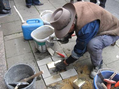 Gunter Demnig beim Setzen der Stolpersteine für die Bottroper Familie Preker am 31.10.2009. Foto: Stadt Bottrop