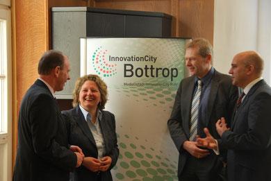 Von links: Oberbürgermeister Bernd Tischler, Ministerin Svenja Schulze, Professor Manfred Fischedick (Wuppertal Institut) und Markus Palm (InnovationCity Managementgesellschaft).