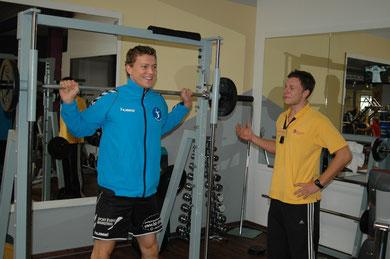 Nationalspieler und Kapitän Lukas Kampa trainiert unter den Augen von Sebastian Bednarski.