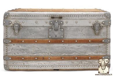 Louis Vuitton low Courier trunk Year: 1892 Exterior: Solid aluminum Dimension: 75 cm x 43 cm x 42 cm Despite oxidation state are the trunk has  broken the world record price  at auction room at  Christie's .